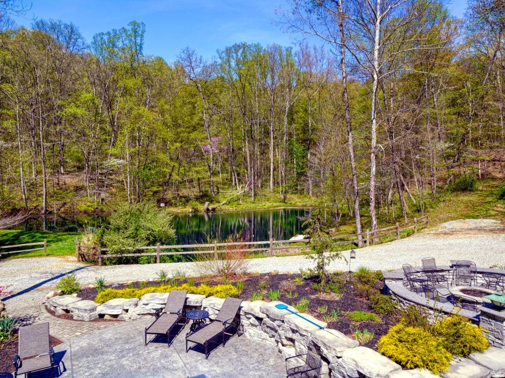 Ridgewater Lodge Hocking hills Firepit pond view